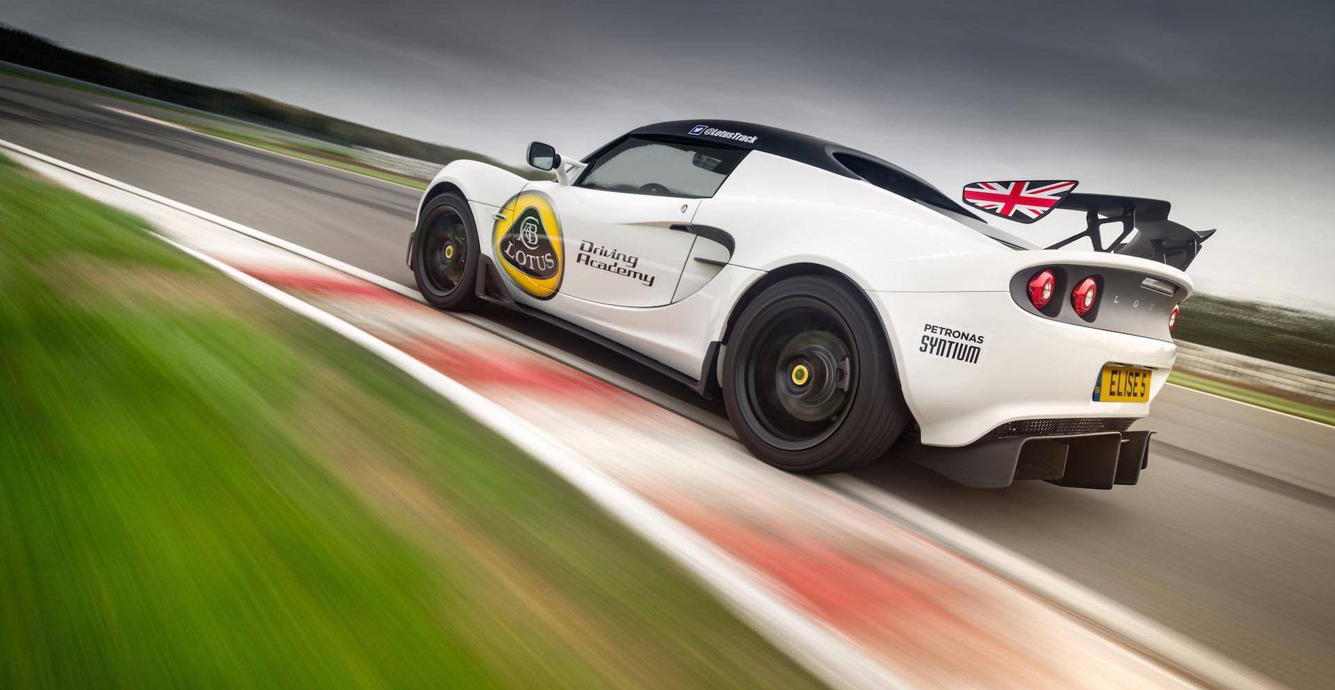 Weißer Sportwagen in Fahrt auf der Rennstrecke.