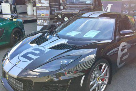 Schwarzes Lotus Wuppertal Auto mit grauen Streifen und Wagennummer 2.